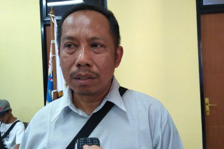Lurah Untung Jawa Ade Selamet di kantornya, Pulau Untung Jawa, Kepulauan Seribu, Sabtu (12/8/2017).