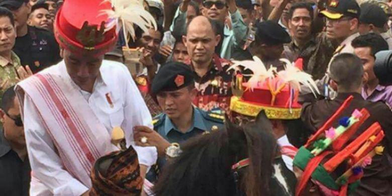 Presiden Joko Widodo saat menunggangi kuda Sandalwood di Kabupaten Sumba Barat Daya, Nusa Tenggara Timur (NTT), Rabu (12/7/2017)