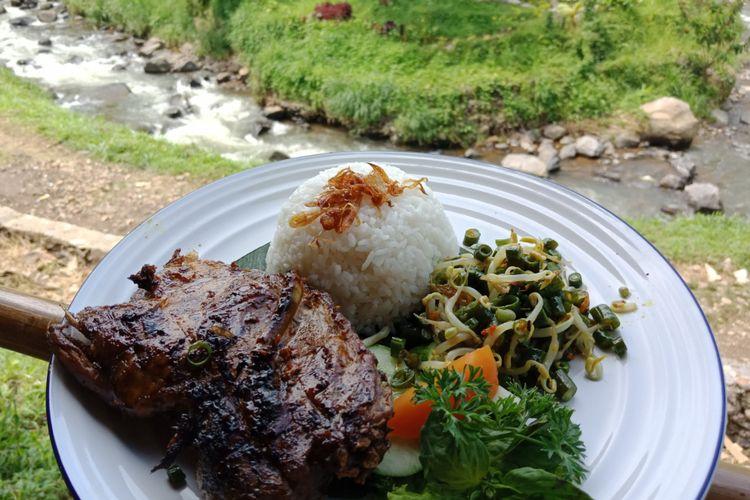 Hidangan bebek bakar di resto Bebek Tepi Sawah di Ciloto, Puncak, Cianjur, Jawa Barat, resmi dibuka, Minggu (15/4/2018).