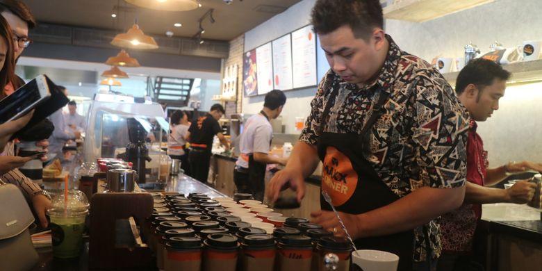 Barista MAXX Corner dengan perdana melayani konsumen di gerai kopi pertamanya di Plaza Semanggi, Jakarta, Rabu (16/8/2017).