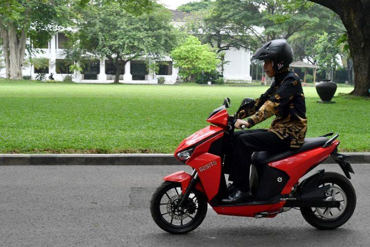 Presiden Joko Widodo jajal skuter listrik anak bangsa, Gesits yang siap produksi massal, di Istana Kepresidenan, Jakarta, Rabu (7/11/2018)