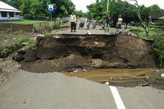 Jembatan Ambruk Diterjang Banjir, Akses 4 Desa di Bima Lumpuh