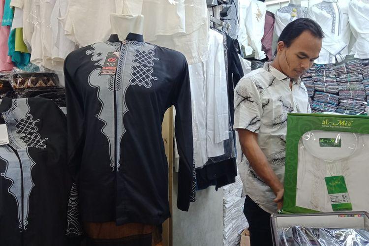 Baju koko The Black Panther yang dipajang di salah satu toko baju muslim pria di pusat perbelanjaan Thamrin City.