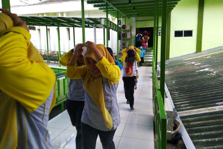 Siswa dan guru mengikuti simulasi bencana gempa bumi di SMA Negeri Purwanegara, Kabupaten Banjarnegara, Jawa Tengah, Jumat (26/4/2019).
