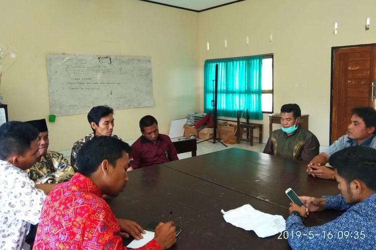 Pertemuan warga dengan guru di SMAN1 Sembalun, Jumat (16/5/2019).