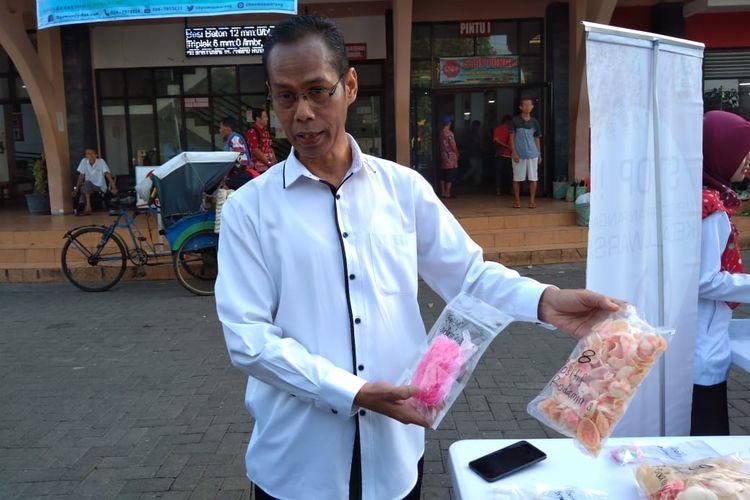 Kepala Kantor POM Banyumas Suliyanto menunjukkan makanan yang mengadung bahan berbahaya di Pasar Manis Purwokerto, Jawa Tengah, Selasa (21/5/2019).