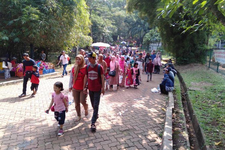 Ribuan Pengunjung Memadati Taman Margasatwa Ragunan di H+1 Lebaran, Kamis (6/6/2019)