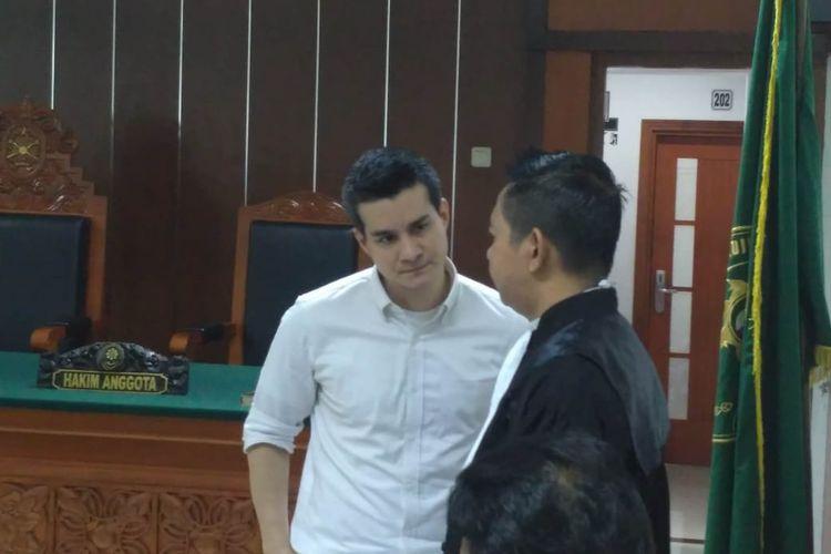 Artis peran Steve Emmanuel berdiskusi dengan kuasa hukumnya di Pengadilan Negeri Jakarta Barat, Slipi, Jakarta Barat, Senin (24/6/2019).