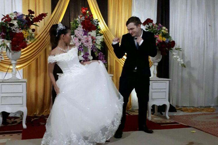 Pasangan Ezra, warga Selandia Baru, dan Rini resmi menjadi suami istri setelah melakukan akad nikah di  Dusun Klepu, Desa Ngambarsari, Kecamatan Karangtengah, Kabupaten Wonogiri, Jawa Tengah, Jumat (26/1/2018).