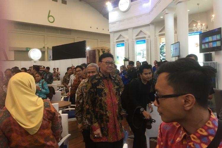 Menteri Dalam Negeri Tjahjo Kumolo dan Ketua Umum DPP REI Soelaeman Soemawinata (di belakang) meninjau pameran Indonesia Future City & REI Mega Expo 2017 di Indonesia Convention and Exibition (ICE) BSD, Tangerang, Kamis (14/9/2017).