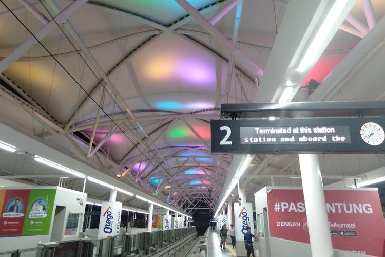 Stasiun MRT Blok M Dihias Lampu Berwarna di Malam Hari, Senin (15/4/2019)