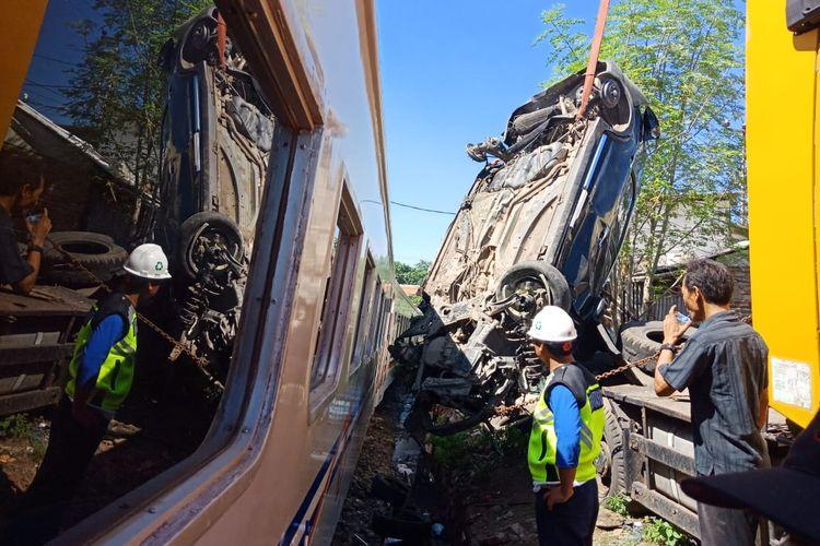 Proses evakuasi bangkai mobil yang tertabrak kereta api di Cilegon, Jumat (3/5/2019)