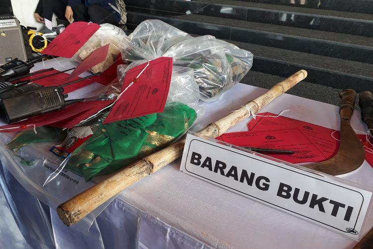 Barang bukti kasus pengerusakan kantor polsek Tambelangan, Sampang, Jawa Timur