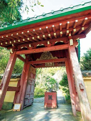 Gerbang Kuil Kosokuji yang dipernis dengan warna merah terang.