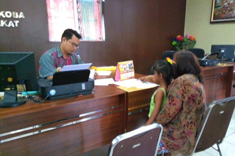 Yana (48), melaporkan MN (23) tetangganya sendiri ke Polresta Palembang, lantaran telah menganiaya cucunya RN (7) hingga nyaris pingsan.