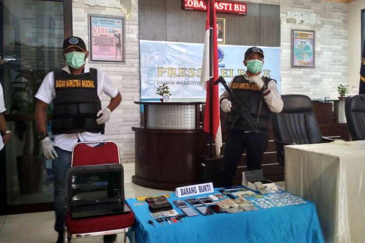 Petugas Badan Narkotika Maluku menunjukan barang bukti berupa sabu hasil penangkapan empat tersangka pengedar sabu di kantor BNN Maluku, Rabu (15/11/2017)