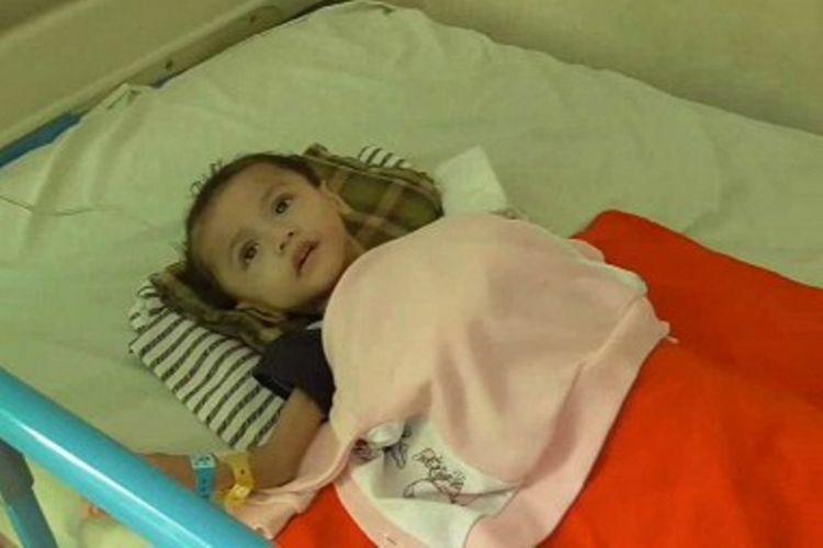 Konsumsi obat herbal pedagang keliling yang diduga palsu, bayi ini dilarikan ke rumah sakit karena kondisinya badannya drop.