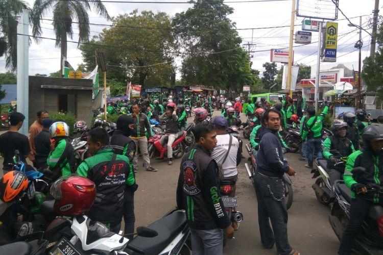 Sekelompok massa ojek online nyaris bentrok dengan ojek pangkalan di wilayah Ciomas, Kabupaten Bogor, Jumat (19/1/2018).
