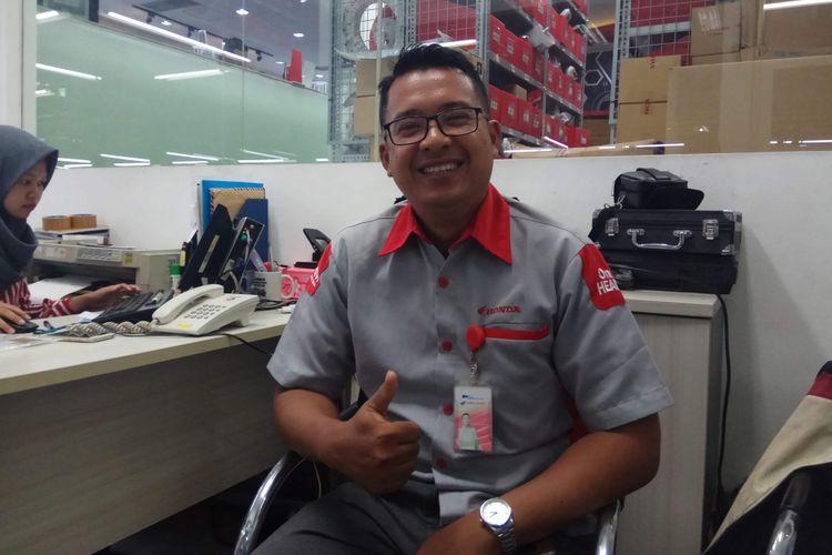 Kepala Bengkel Astra Motor Center Jakarta, Rendra Kusuma, saat ditemui di tempat kerjanya di bilangan Dewi Sartika, Jakarta Timur, Selasa (2/1/2018).