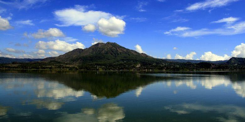 Pemandangan Gunung Batur (1.717 mdpl) dengan latar depan permukaan air Danau Batur, yang merupakan danau di kaldera pada ketinggian 1.050 mdpl. Permukaan air Danau Batur seluas 16.05 KM2  terletak di Kintamani, Kabupaten Bangli, Bali.