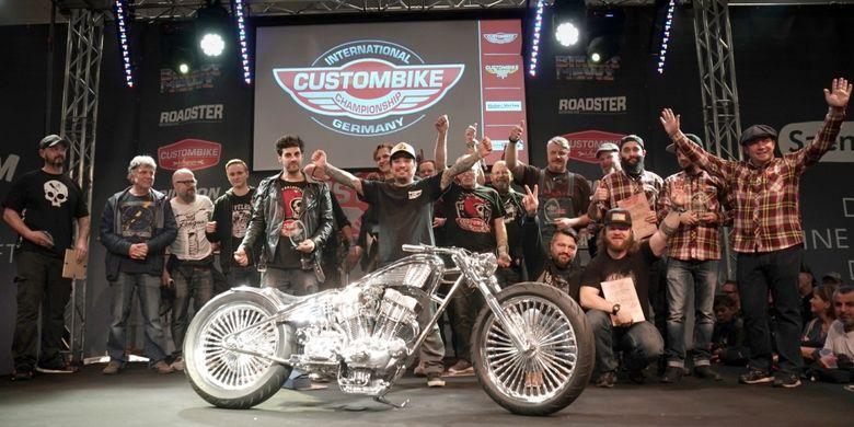 Tim Suryanation Motorland dalam ajang Custom Bike International bertamu punggawa dari Chikos Pinstriping & Simons Custom yang sudah kenyang pengalaman membuat motor kustom di Eropa.