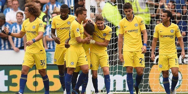 Gelandang Chelsea, NGolo Kante (tengah), merayakan gol yang dicetak ke gawang Huddersfield Town dalam laga Liga Inggris di Stadion John Smiths, 11 Agustus 2018.