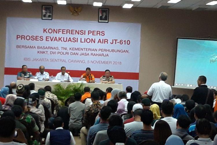 Salah satu keluarga korban ketika meminta pihak Lion Air untuk bertanggungjawab, di Ibis, Cawang, Jakarta Timur, Senin (5/11/2018)