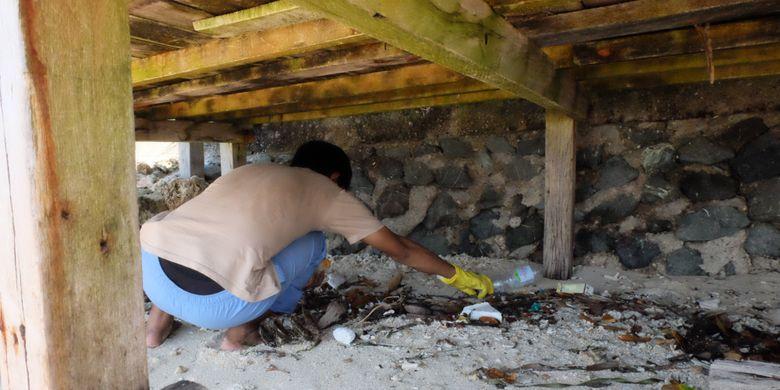 Tim dari Seangle, Divers Clean Action, dna KFC Indonesia kerja bakti membersihkan bagian Pantai Tanjung Karang, Sulawesi Tengah.