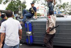 Minibus Densus 88 Terguling di Margonda Setelah Mengantar Tahanan Teroris