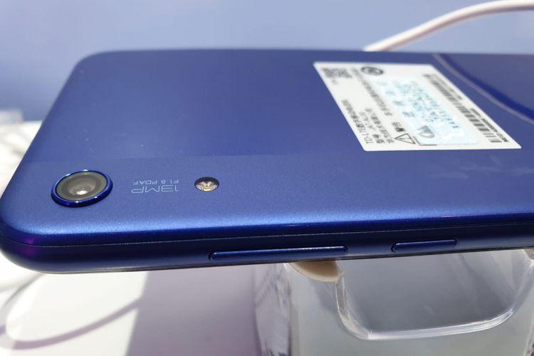 Kamera belakang tunggal Honor 8A tersemat di punggung, ditemani LED flash. Tampak pula tombol daya dan volume di sisi kanan perangkat.