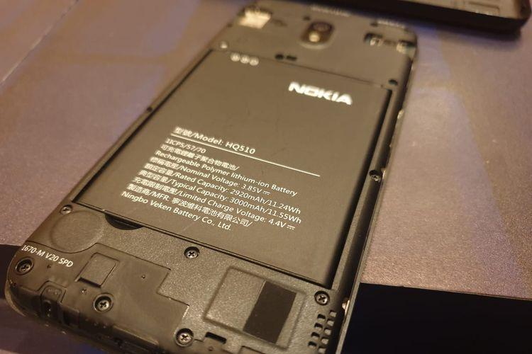 Baterai berkapasitas 3.000 mAh yang bersifat removable atau bisa dilepas-pasang.