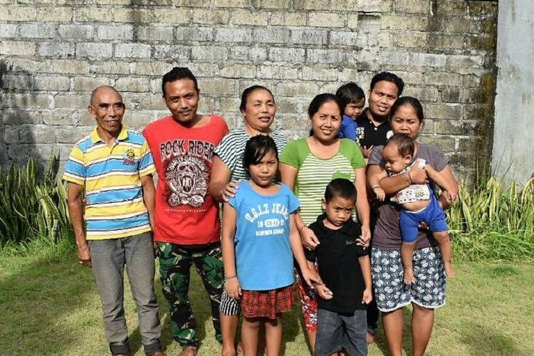 Nyoman (ketiga dari kiri), 54 tahun, dan keluarganya telah mengungsi ke Gianyar, yang terletak sekitar 62 km dari Gunung Agung.