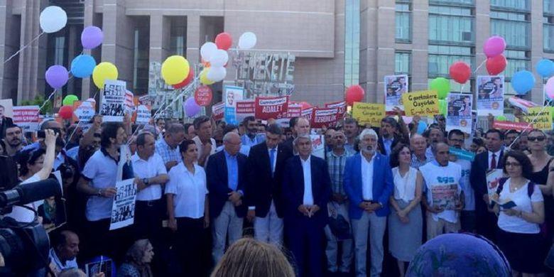 Para aktivis kebebasan pers melakukan aksi di depan gedung pengadilan di Istanbul, Turki, terkait kasus Cumhuriyet.