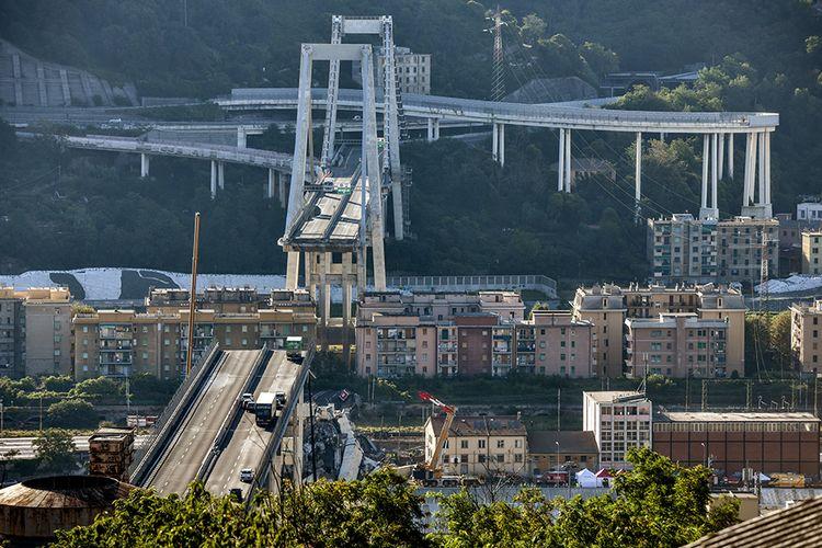 Kondisi Jembatan Morandi di Kota Genoa, Italia, yang ambruk pada Selasa (14/8/2018). Kantor berita ANSA menyebut sedikitnya 39 orang tewas akibat ambruknya salah satu seksi jembatan sepanjang 1.100 meter itu setelah hujan lebat yang mengguyur Selasa siang, waktu setempat.