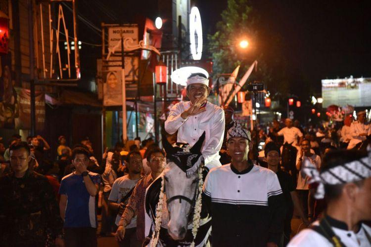 Bupati Purwakarta Dedi Mulyadi menunggang kuda dalam pawai perayaan HUT Kabupaten Purwakarta ke-49 pada Jumat (25/8/2017) malam