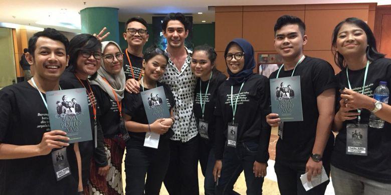5 mahasiswa Program Pendidikan Vokasi UI, program studi komunikasi dari kelas Olah Suara dan Penyajian terpilih menjadi tim penyelenggaraan pertunjukan Teater Bunga Penutup Abad.