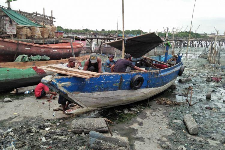 KM Seger mulai diperbaiki oleh Agus Effendi dan para kru, usai sempat karam di perairan Karang Jamuang, Sabtu (2/3/2019).