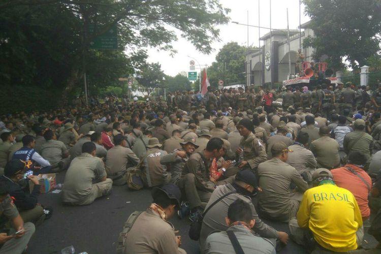 Ratusan anggota Satpol PP berunjuk rasa di depan Kantor Kementerian Pendayagunaan Aparatur Negara dan Reformasi Birokrasi (Kemenpan RB), Senin (25/9/2017).