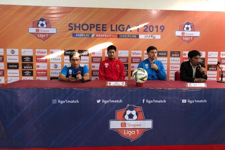 Pelatih PSM Makassar, Darije Kalezic (2 dari kanan), saat menggelar konferensi pers jelang laga melawan Barito Putera di Stadion Andi Mattalatta.