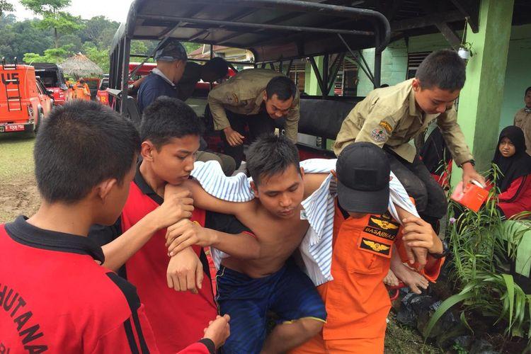 Petugas Basarnas Pekanbaru mengevakuasi salah satu siswa SMK Kehutanan Pekanbaru dalam kondisi lemas setelah ditemukan tersesat di kawasan hutan TNBT di Kabupaten Indragiri Hulu, Riau, Rabu (3/4/2019).