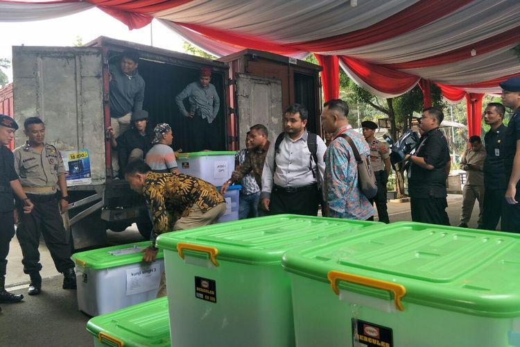 Truk berisi alat bukti yang diajukan tim hukum Prabowo-Sandiaga dalam sengketa pilpres 2019 di Gedung MK, Senin (17/6/2019).