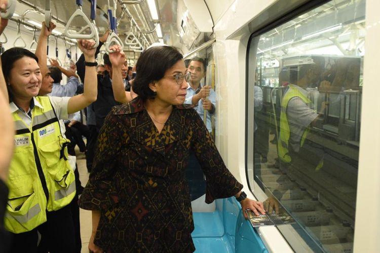 Menteri Keuangan Sri Mulyani di dalam MRT, Jakarta , Selasa (6/3/2019)