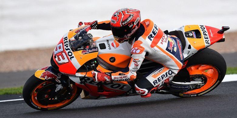 Pebalap Repsol Honda Team, Marc Marquez, memacu motornya dalam sesi kualifikasi kedua GP Inggris di Sirkuit Silverstone, Sabtu (26/8/2017).