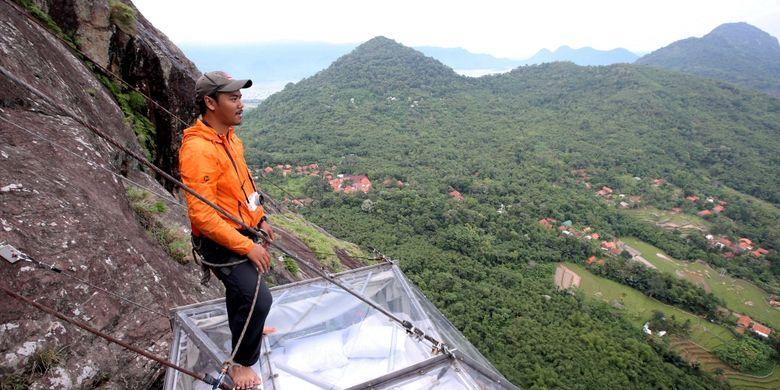 Hotel gantung Padjajaran Anyar terletak di tebing Gunung Parang, Purwakarta, Jawa Barat setinggi 500 meter, Minggu (19/11/2017). Hotel gantung ini diklaim sebagai hotel gantung tertinggi di dunia mengalahkan ketinggian hotel gantung di Peru.