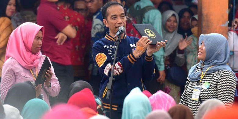 Presiden RI Joko Widodo atau Jokowi saat berdialog dengan penerima UMi saat berkunjung ke TPI di Sodohoa, Kendari, Sultra, Sabtu (2/3/2019) lalu.