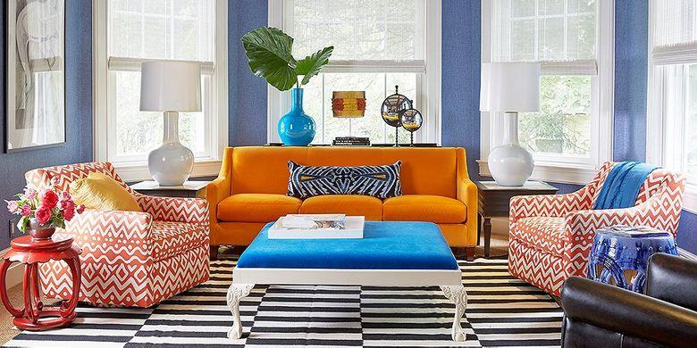 Sofa dengan warna dan motif sebagai focal point dalam ruangan