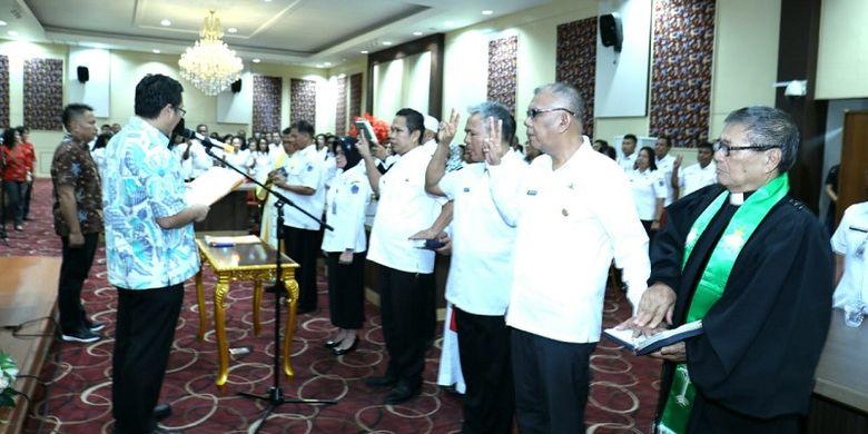 Wakil Gubernur Sulawesi Utara Steven Kandouw  sedang membacakan sumpah jabatan para pejabat fungsional Pemprov Sulut yang sedang dilantik di Kantor Gubernur Sulut, Kamis (7/2/2019).