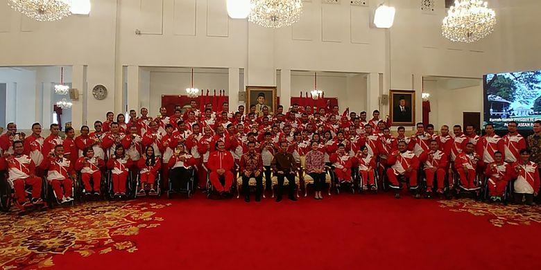 Presiden Joko Widodo (ketiga kanan) didampingi Menko PMK Puan Maharani (kedua kanan) dan Menpora Imam Nahrawi (keempat kanan) berfoto bersama para atlet dan pelatih yang berlaga dalam ajang ASEAN Para Games 2017 di Istana Negara, Jakarta, Senin (2/10/2017). Dalam kesempatan tersebut presiden mengucapkan selamat atas prestasi yang diraih para atlet yang telah membawa Indonesia menjadi juara umum dalam ASEAN Para Games 2017 di Malaysia.