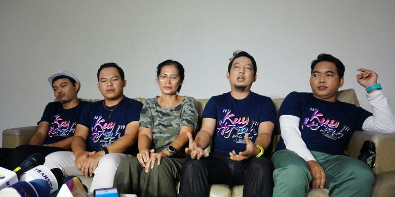 Para personel grup musik Wali Band bersama sutradara video klip Viva Westi dalam jumpa pers pembuatan video klip single Kuy Hijrah di kawasan Cilandak, Jakarta Selatan, Selasa (16/4/2019).