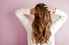 9 Kebiasaan Kecil yang Bikin Rambut Rusak Parah